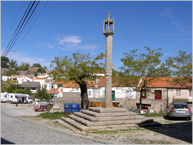 Pelourinho no largo de Vilar Maior - capeiaarraiana.pt