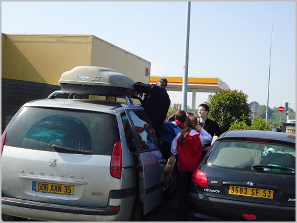 Carros com matrícula amarela de emigrantes franceses em viagem no mês de Agosto