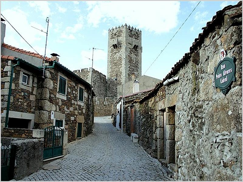 Rua D. Pedro Álvares Cabral - acesso ao Castelo das Cinco Quinas do Sabugal - capeiaarraiana.pt