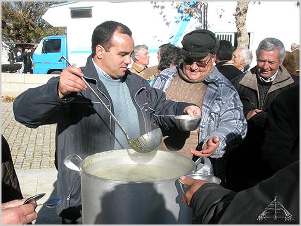 O presidente da Junta de Freguesia serve caldo verde aos convidados - capeiaarraiana.pt