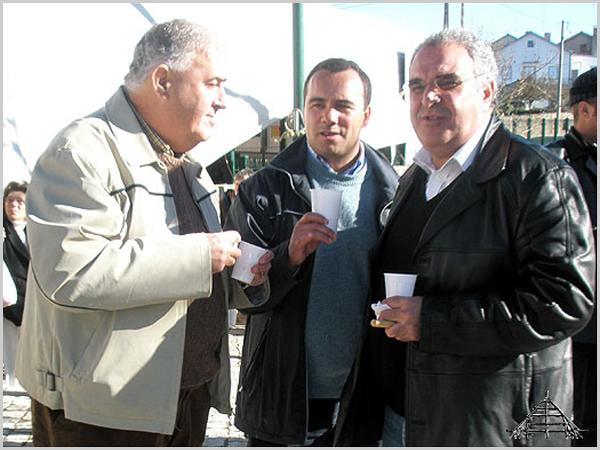 Manuel Barros (ao centro) com Fernando Cabral (à direita) - capeiaarraiana.pt