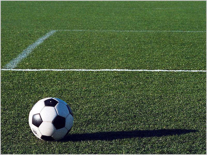Campo de futebol com relvado sintético