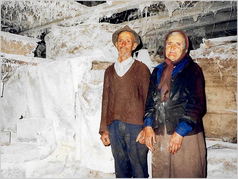 D. Sesaldina e o marido no moinho de água junto à ponte na Rapoula do Côa (foto: JCL)