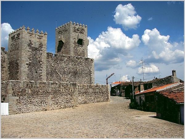 Largo de Alcanizes junto ao castelo das cinco quinas do Sabugal - capeiaarraiana.pt