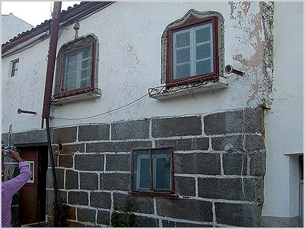 Casa com símbolos judaicos junto ao castelo do Sabugal