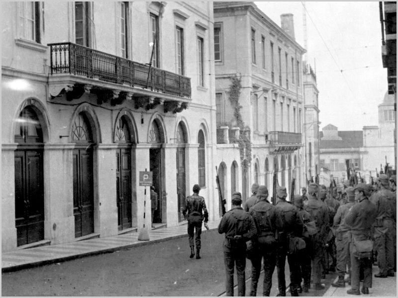 As Forças Armadas na sede da PIDE-DGS na Rua António Maria Cardoso ao Chiado em Lisboa no dia 25 de Abril de 1974