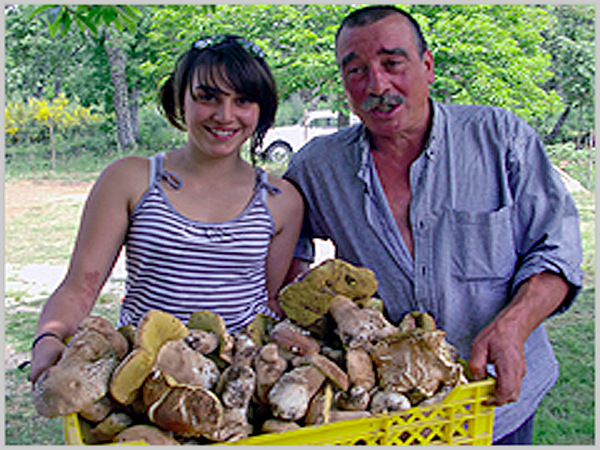 A Patrícia e o Luís com os boletos (cogumelos) colhidos na quinta