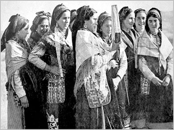 Mulheres de Quadrazais tocam o adufe
