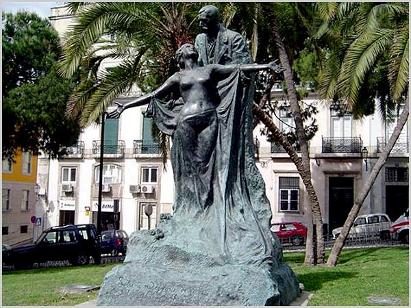 Estátua de Eça de Queirós no Largo Barão de Quintela (réplica em bronze da original em pedra)