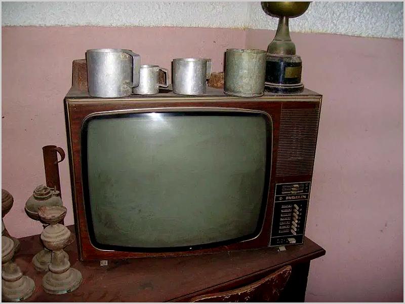 Televisão com imagens a preto e branco
