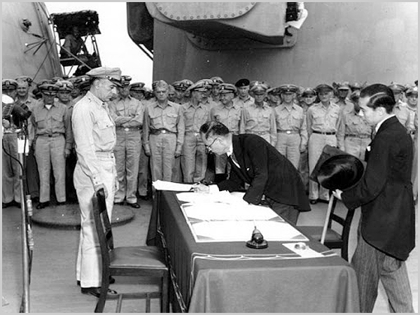 Assinatura do armistício que assinala o final da II Guerra Mundial