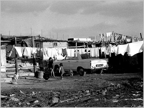 Emigrantes portugueses no bidonville de Nanterre nos anos setenta (foto: Gerard Bloncou)