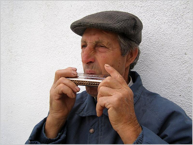 Tocador de gaita de beiços também conhecida como harmónica