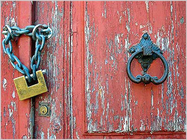 Porta fechada com cadeado