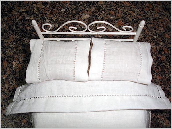 Cama com lençóis de linho
