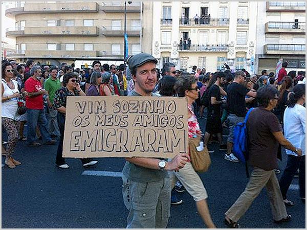 Manifestação com a emigração dos jovens