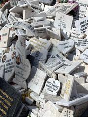 Junto da sua estátua e do seu túmulo em Alhandra os devotos têm colocado centenas de lápides de agradecimento a Sousa Martins