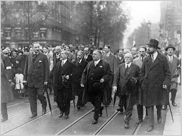 Charles Maurras (segundo à esquerda) e sua Action Française.