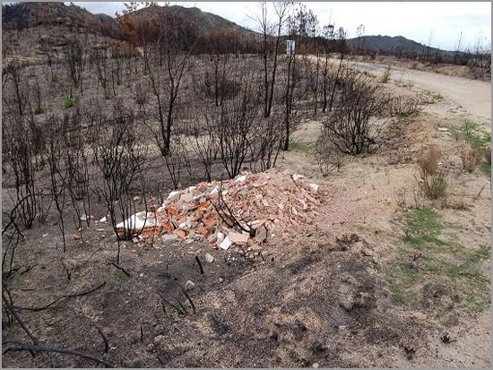 Terra queimada com depósitos de entulhos clandestinos - Casteleiro - Sabugal - Capeia Arraiana