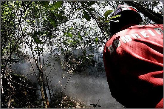 Bombeiro combatendo um incêndio