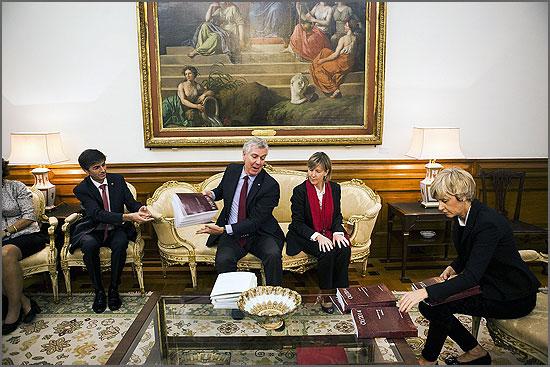 Entrega do OE na Assembleia da República (foto jornal «Público»)