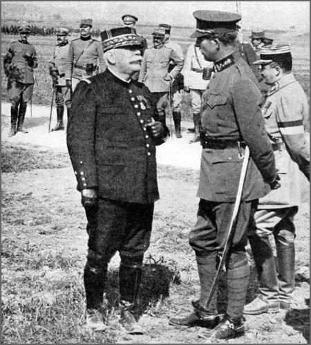 General Joffre (à esquerda) em acção de campanha