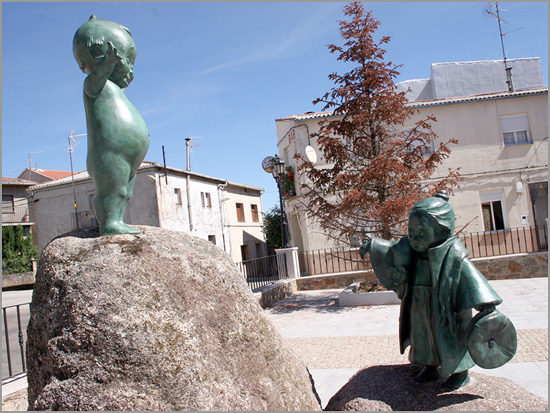 Conjunto escultórico da Plaza Don Manuel Ramos Andrade - Navasfrías - Capeia Arraiana