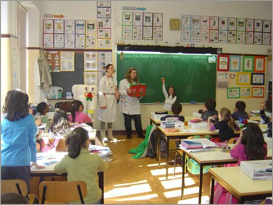Sala de aulas - professora e alunos