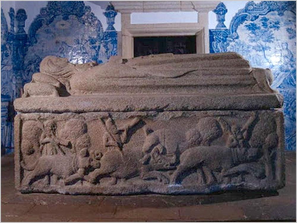 Túmulo de D. Pedro Afonso, 3.º Conde de Barcelos, filho natural do Rei D. Dinis na Igreja de São João Baptista de Tarouca com 3,28 m x 1,78m x 1,22m. Pesa 13 toneladas e tem esculpidas cenas de caça ao javali. Nesta face é caçada a pé. Na face de lá é uma caçada a cavalo