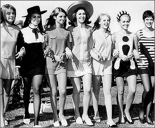 Mulheres de mini-saia