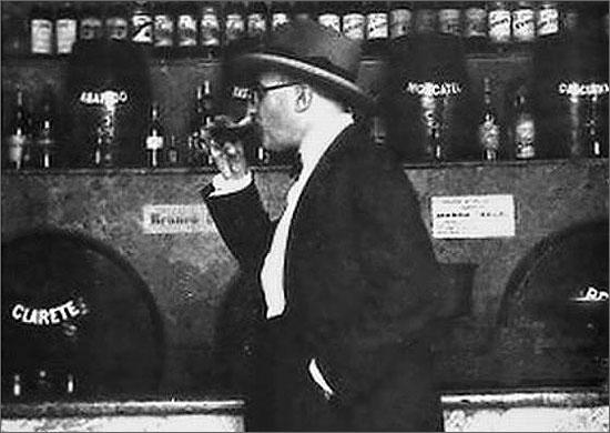 Fernando Pessoa saboreando um copo de vinho
