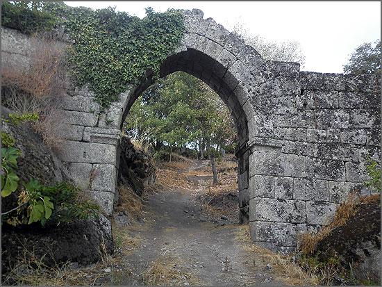 Portal na muralha no castelo de Vila do Touro - Capeia Arraiana