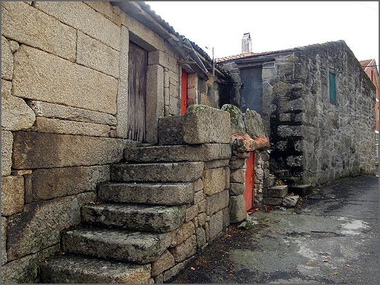 Escaleiras de pedra nas casas raianas