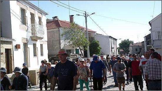 Os caminheiros nas ruas de Aldeia do Bispo