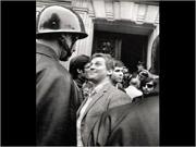 Imagem icónica do Maio de 68 em Paris com Daniel Cohen-Bendit, um dos líderes do movimento estudantil, a enfrentar a Polícia com um sorriso desafiador - Capeia Arraiana