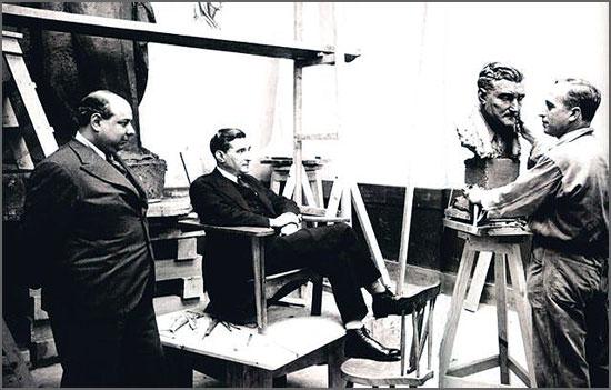 Salazar fazendo-se esculpir sob o olhar atento de António Ferro