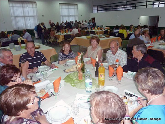 Encontro de antigos alunos no momento do jantar (foto de Natália Bispo)