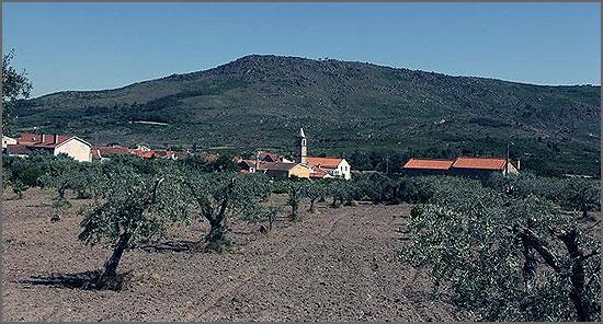 Aldeia aconchegada pela Serra d'Opa