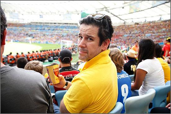 Actor Murilo Benício bebe uma Budweiser no estádio do Maracaná