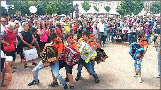 O Grupo de Concertinas do Safurdão na Festa do Vinho em Bordéus (França)