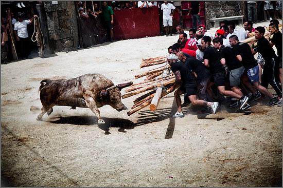 A capeia arraiana é uma manifestação cultural com raiz em algumas aldeias da raia sabugalense