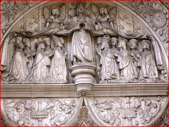 Portal da antiga Igreja da Misericórdia de Lisboa (séc. XVI): Nossa Senhora da Misericórdia abriga sob o seu manto a fundadora, a rainha D. Leonor, o rei D. Manuel I, o papa Alexandre VI, etc.
