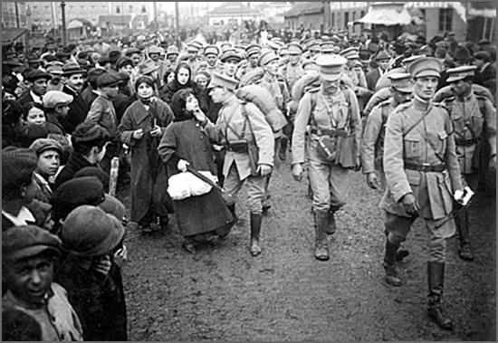 Soldados portugueses a caminho do comboio que os levaria à Flandres