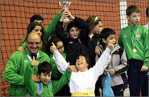 Os jovens judocas e o treinador (David Carreira) felizes por mais um ano de sucessos