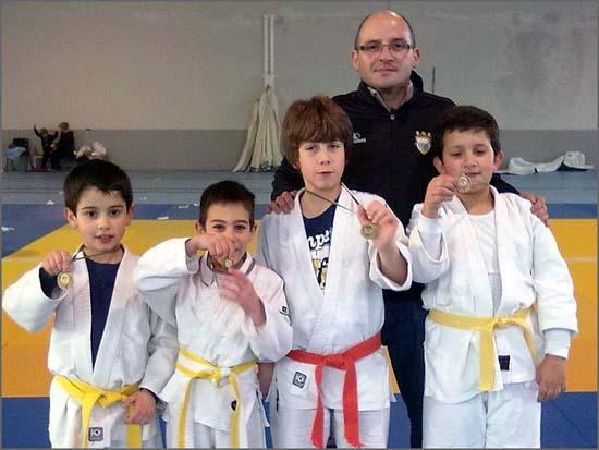 David Carreira com alguns dos seus jovens atletas do SCS