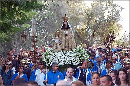 Irmandade transporta a imagem de Nossa Senhora do Castelo (Coruche)