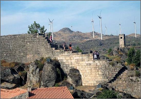 A muralha medieval de Sortelha e as eólicas de hoje