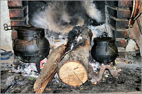 Panela de ferro ao lume - Capeia Arraiana