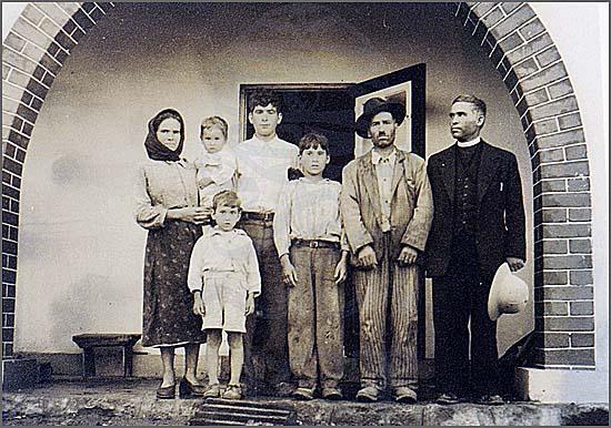 Há 62 anos famílias do distrito da Guarda embarcaram para Angola (uma família de colonos na nova aldeia de Freixo em Angola)