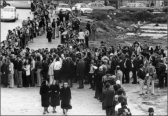 Longas filas nas primeiras eleições livres, realizadas há 40 anos